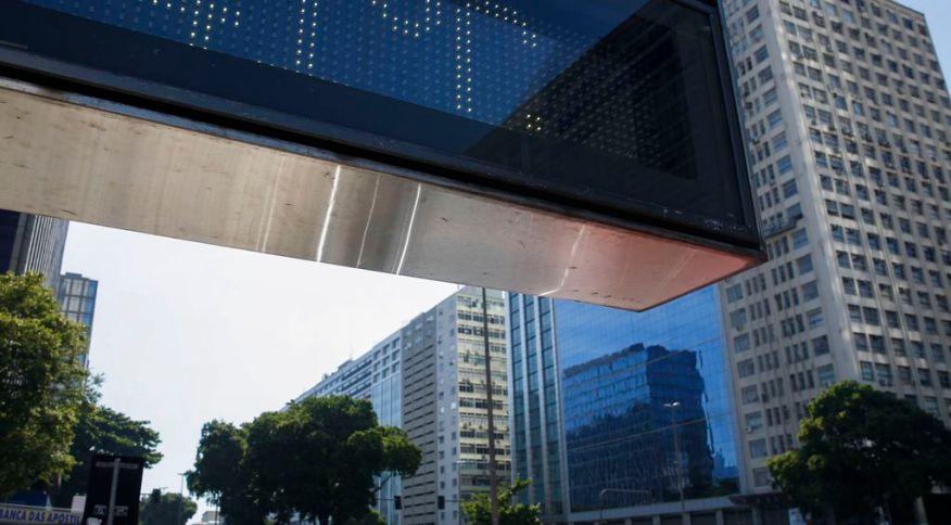 Termômetro da Avenida Presidente Vargas, em Brasília, registram onda de calor