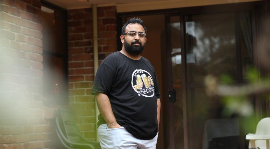Jitarth Jadeja, de 32 anos, encontrou a QAnon em 2017 e passou dois anos entrincheirado no culto virtual