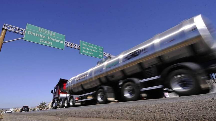 Caminhão cruz a divisa entre Goiás e Distrito Federal (22.ago.2014)