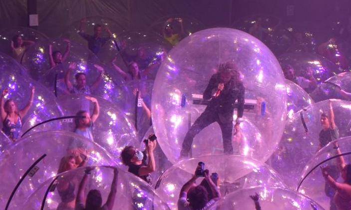 The Flaming Lips se apresentam dentro de bolhas em Oklahoma City