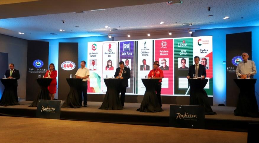 Candidatos à presidência da Bolívia durante debate em Santa Cruz de La Sierra
