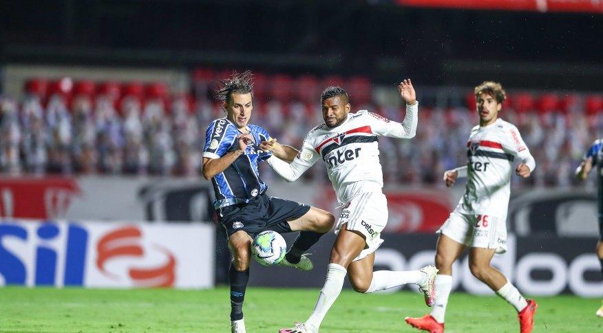 Lance do duelo entre São Paulo e Grêmio, que terminou empatado por 0 a 0 pelo Brasileirão