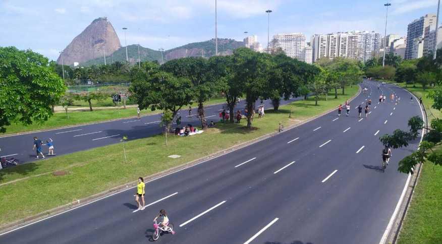 Movimento no aterro do Flamengo, no Rio, neste domingo (18)