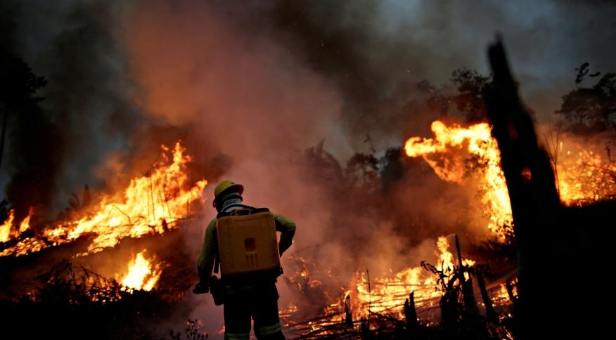 Bombeiro de brigada do Ibama combate foco de incêndio na floresta amazônica perto de Apuí (AM)