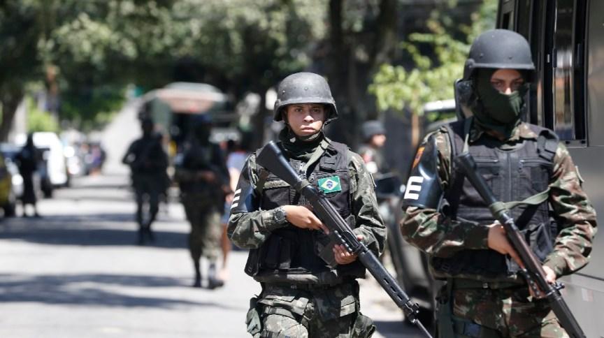 Militares das Forças Armadas durante patrulha no Rio de Janeiro