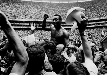 Filme retrata as três vitórias em Copas do Mundo do Brasil em que Pelé fazia parte da equipe