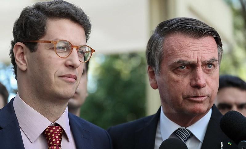 O presidente Jair Bolsonaro acompanhado do Ministro de Estado do Meio Ambiente, Ricardo Salles