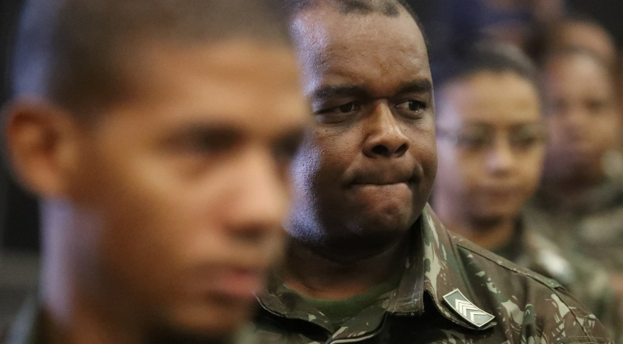 Militares enfermeiros ouvem orientações para vacinação contra a gripe H1N1 no Rio