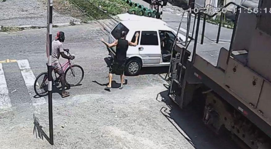 Carro é atingido por trem no interior do Rio de Janeiro