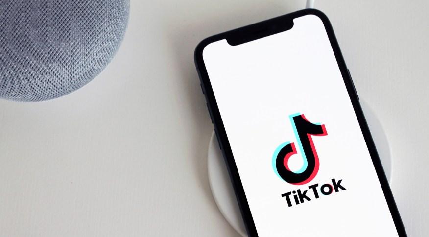 Celular com logo do TikTok
