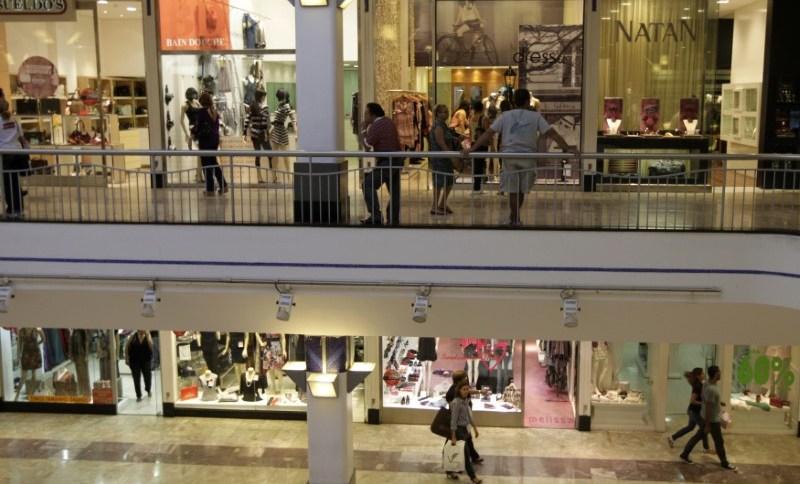 Pessoas circulam por shopping center em Recife (PE) (5.mai.2010)