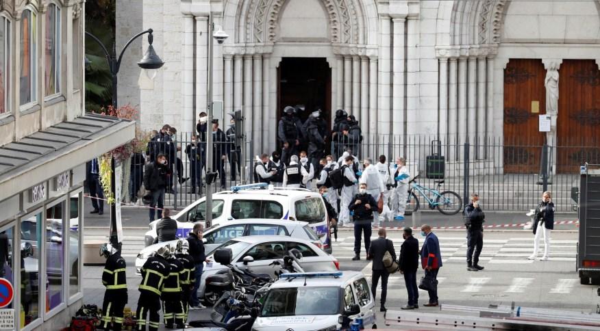 Agentes de segurança isolam área após ataque em igreja de Nice