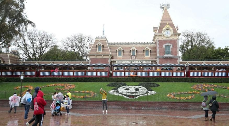 Vista da entrada do parque da Disney em Anaheim, na Califórnia