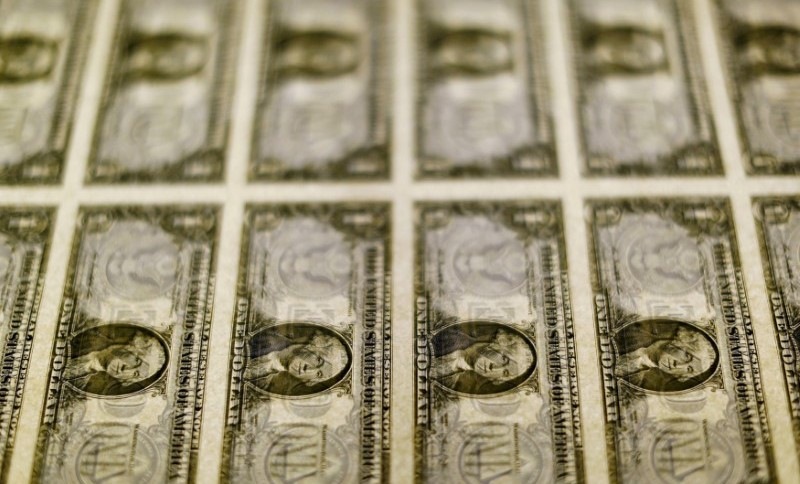 Após chegar ao patamar de R$ 5,20, moeda americana começa a ceder em relação ao real (14.nov.2014)