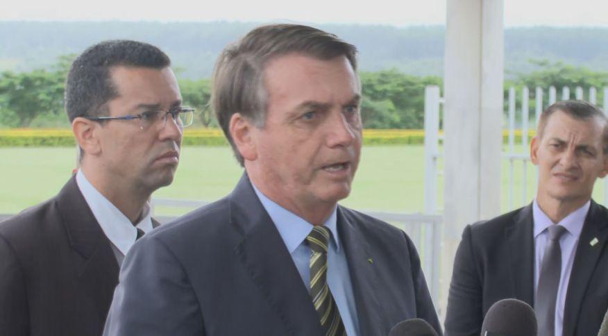 Entrevista do presidente Jair Bolsonaro, na porta do Palácio do Alvorada (25.mar.2020)