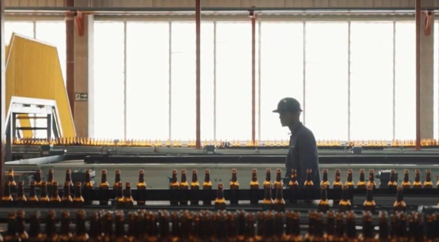 <strong>Funcionário vistoria linha de produção em fábrica da Ambev</strong>
