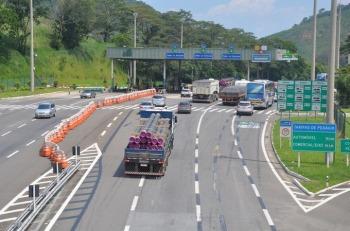 O governo vetou o trecho do projeto de lei que determinava que a regulamentação do sistema de livre de passagem deveria ocorrer em 180 dias