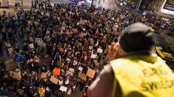 Mais de 100 mil pessoas marcharam contra novas restrições na interrupção legal de gravidezes