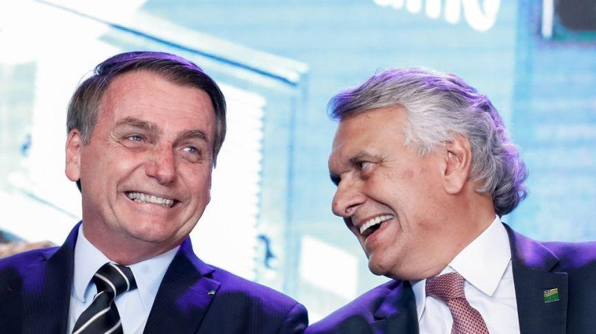 O presidente Jair Bolsonaro e o governador de Goiás, Ronaldo Caiado, durante cerimônia em julho de 2019: antigos aliados, os políticos agora discordam sobre medidas contra COVID-19