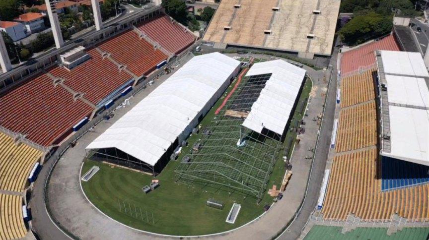 Hospital de campanha contra coronavírus em construção no estádio do Pacaembu, em São Paulo
