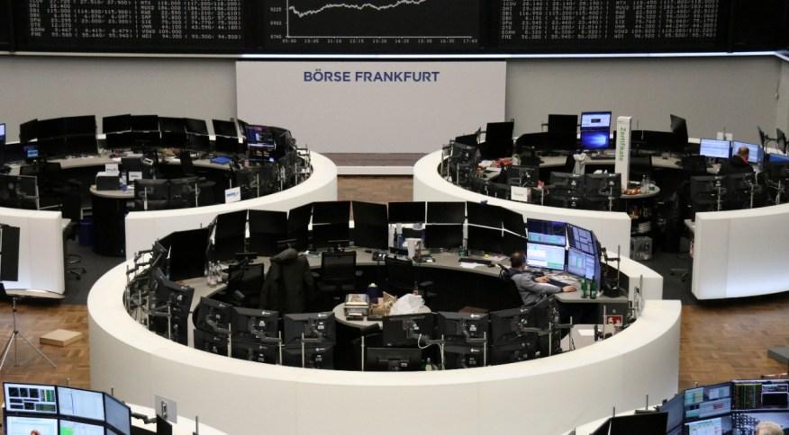 Alguns poucos operadores trabalham na bolsa de Frankfurt (24.fev.2020)