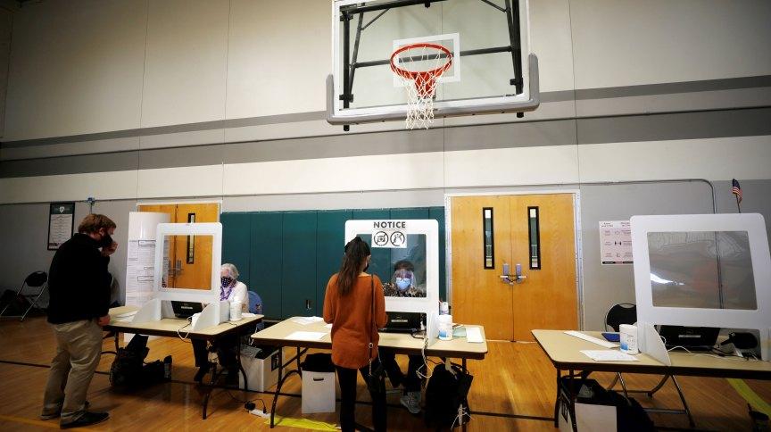 Eleitores em local de votação em Charlotte, Carolina do Norte, Estados Unidos