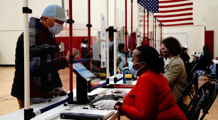 Eleitor vota em Racine, Wisconsin, nos Estados Unidos