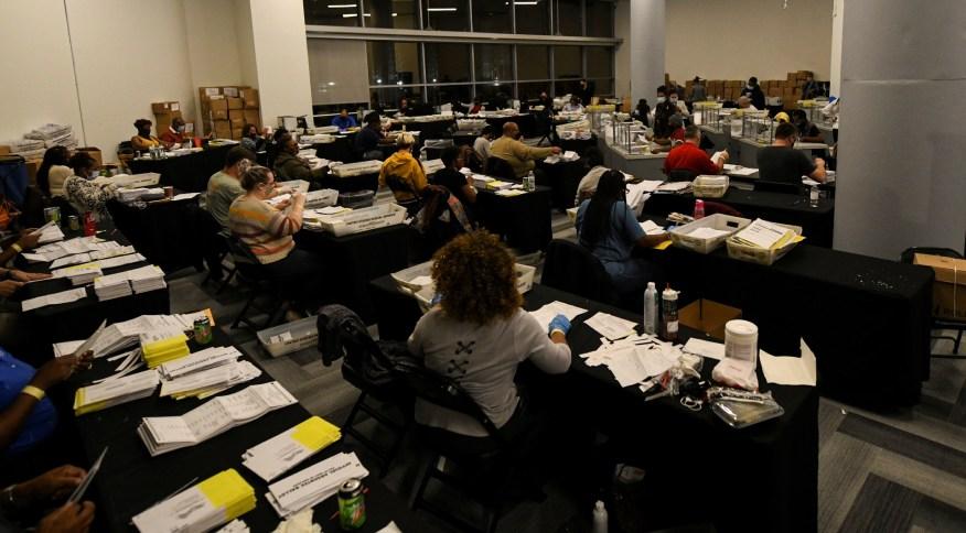 Contagem de votos das eleições 2020 em Atlanta, no estado da Geórgia