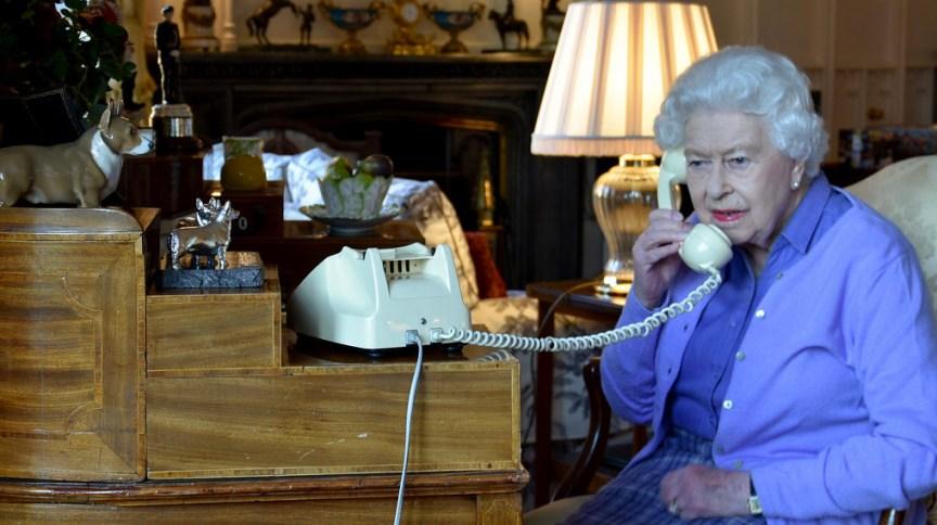 Rainha Elizabeth faz por telefone audiência semanal com o primeiro-ministro Boris Johnson, durante pandemia do novo coronavírus