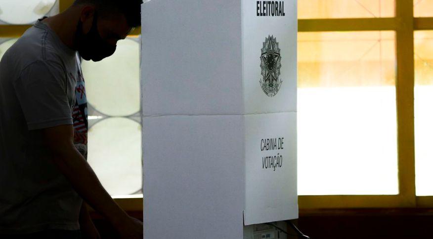 Eleitor em cabine de votação