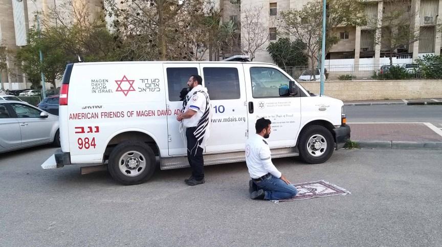 Reza contra a COVID-19 em Israel: Mintz, judeu religioso, estava de pé em frente a Jerusalém, seu xale branco e preto pendurado nos ombros. Abu Jama, muçulmano, ajoelhou-se diante de Meca, seu tapete marrom e branco de oração desenrolado debaixo dele