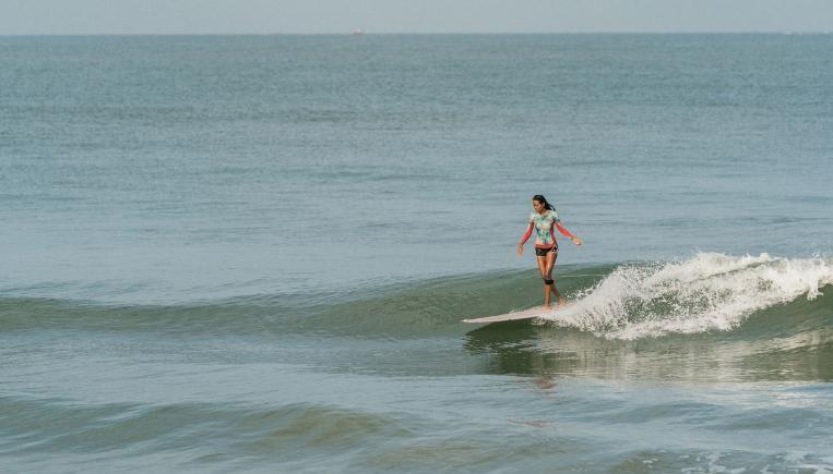 Malaviya é viciada em surfe e no estilo de vida dele desde que pegou sua primeira onda.