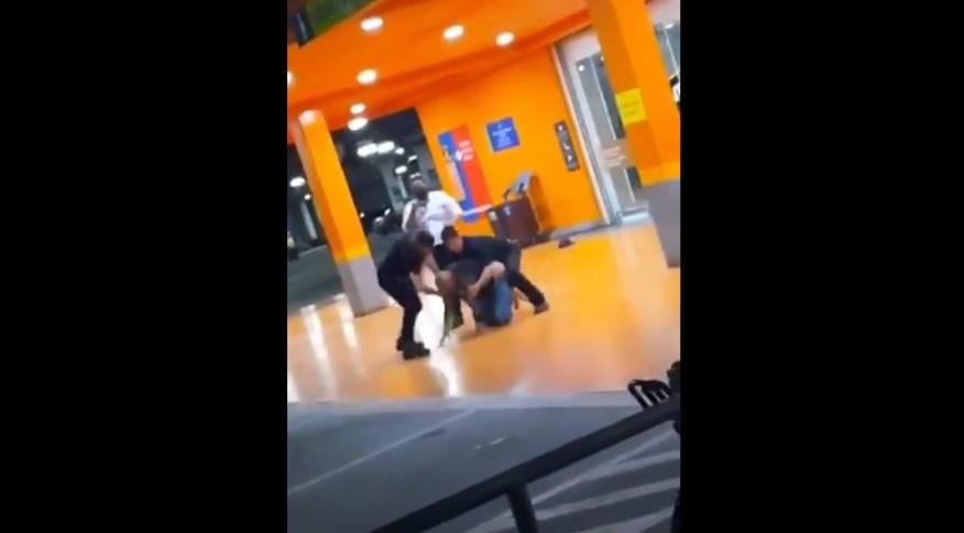A cena, em que dois homens brancos agridem a vítima, foi filmada e está circulando nas redes sociais