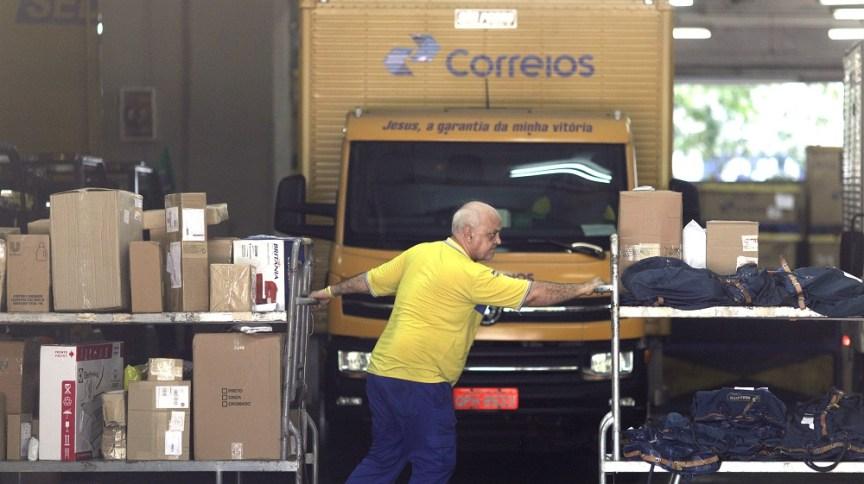 Funcionário dos Correios trabalhando: estatal está na mira de Paulo Guedes