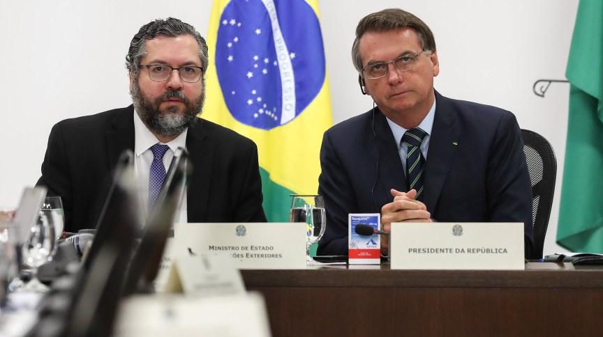 Em videoconferência dos líderes do G20, Bolsonaro exibiu caixa de Reuquinol, remédio cujo princípio ativo é a hidroxicloroquina