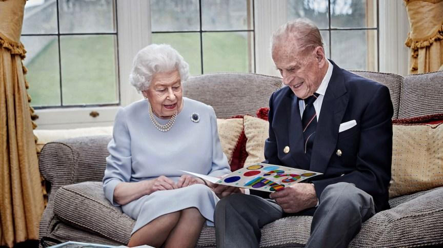 Rainha britânica Elizabeth e seu marido, príncipe Philip, em retrato oficial de comemoração do 73º aniversário de casamento, com cartão feito pelos bisnetos