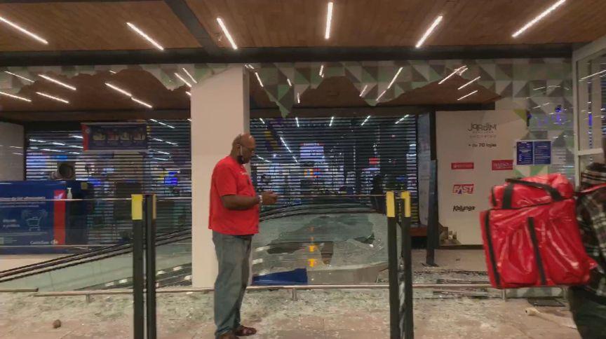 Fachada destruída de supermercado Carrefour em São Paulo (20.nov.2020)