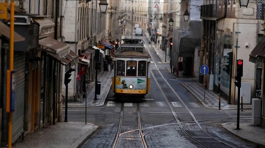 Bonde em rua de Lisboa durante pandemia de Covid-19 em Portugal