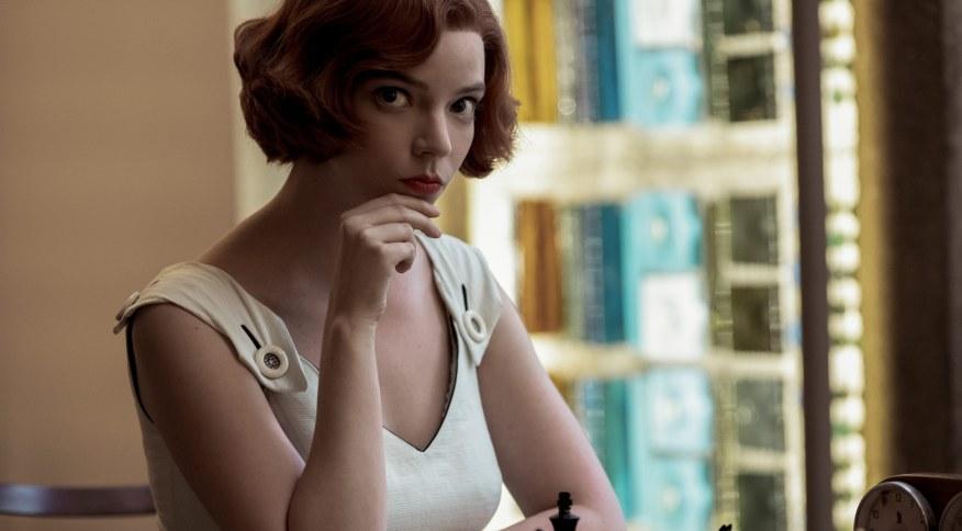 Ambientada na década de 1960, a série <em>O Gambito da Rainha</em> conta a história da menina prodígio fictícia Beth Harmon, que se torna uma grande mestre no masculino mundo do xadrez