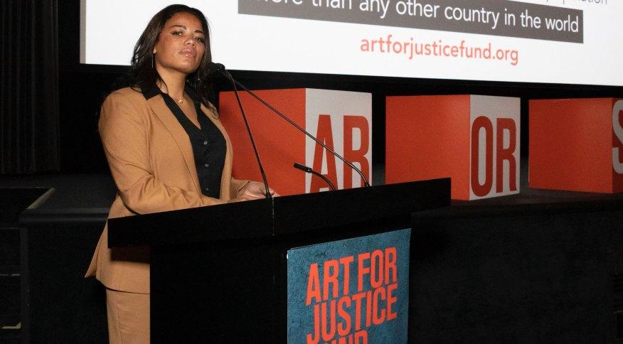 Tyra Patterson em discurso para o Fundo Arte para Justiça
