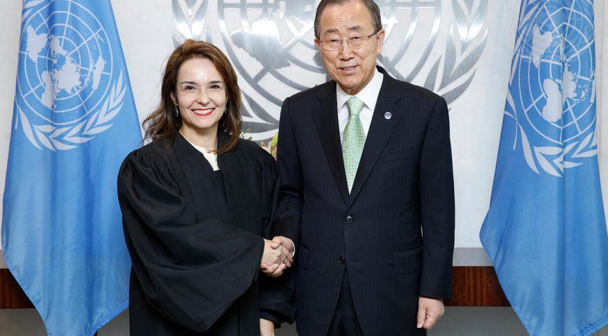 O ex-secretário-geral da ONU, Ban Ki-moon, parabeniza a juíza Martha Schmidt na cerimônia de seu juramento no Tribunal de Apelações da ONU