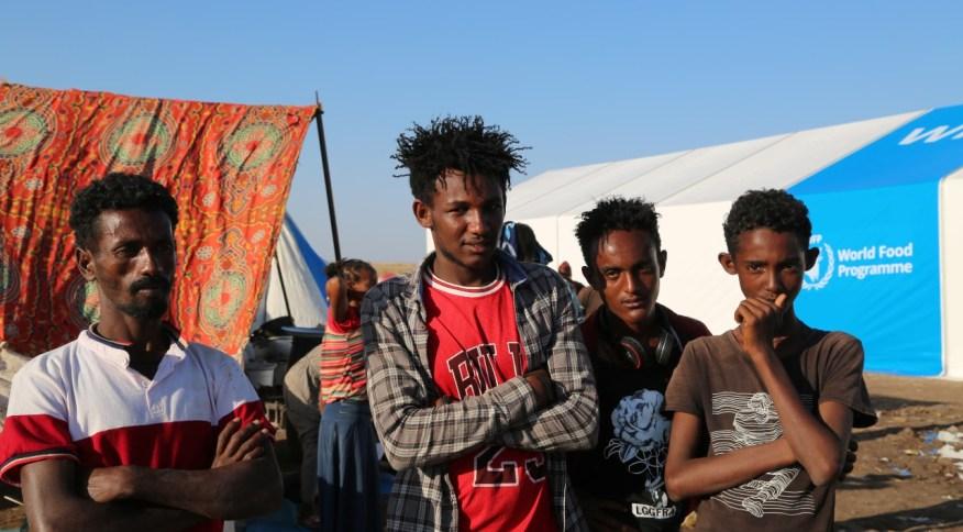 Etíopes que deixaram região de Tigré aguardam para serem encaminhados para receber alimentos, na fronteira entre a Etiópia e o Sudão