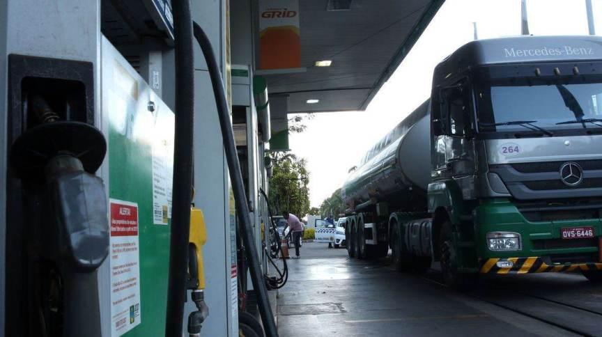 Veículos abastacem em posto de gasolina