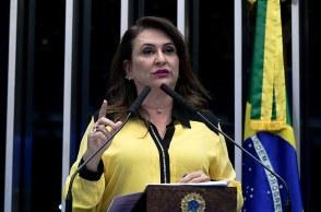 Ela questionou Davi Alcolumbre depois de Romário ter mostrado a cédula