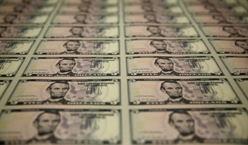 Notas de cinco dólares estampadas com o busto de Abraham Lincoln, o 16º presidente americano