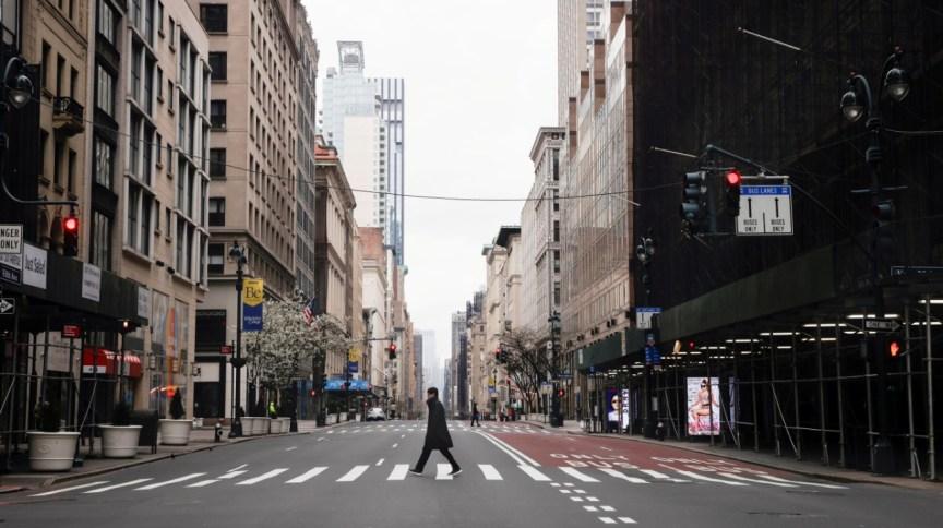 Homem atravessa 5ª Avenida, uma das mais movimentadas de Nova York, completamente vazia (25.mar.2020)