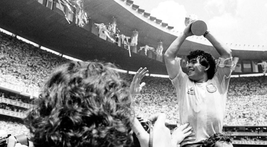 Diego Maradona é carregado nos braços pela torcida após vitória da Argentina na Copa de 1986