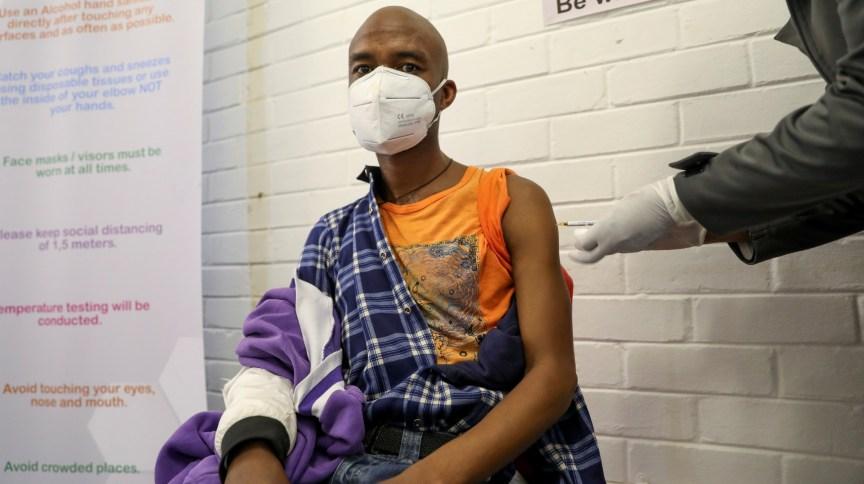 Homem é vacinado durante teste clínico em humanos para potencial vacina contra a Covid-19 em Soweto, África do Sul