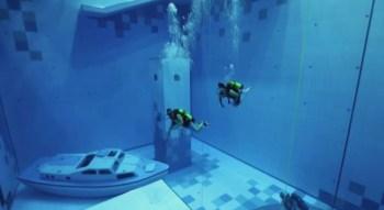 Mergulhadores profissionais fizeram a estreia da piscina, que tem 45 metros de profundidade