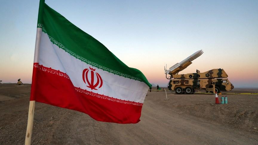 Bandeira do Irã hasteada próximo a esforços militares